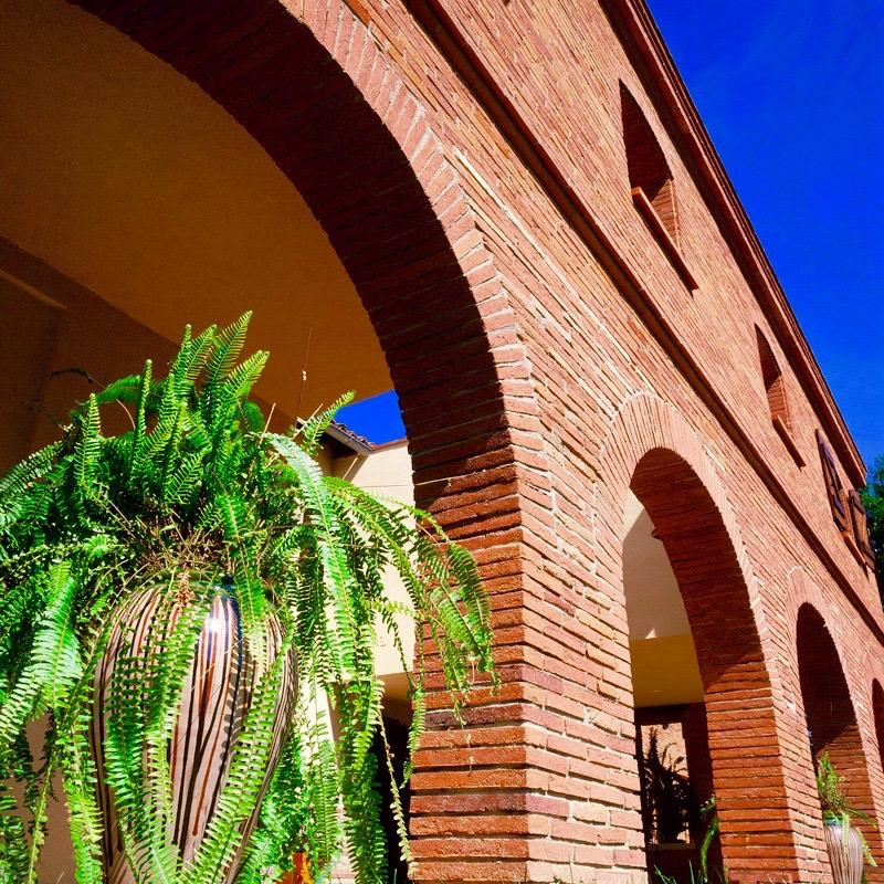 brique-nagen-piliers-facade-moules-main